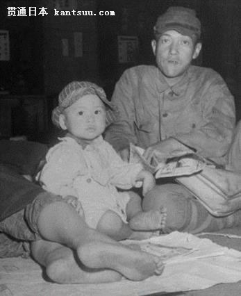 二战后日本惨状:小孩在垃圾桶翻找食物